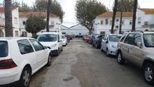 El lugar exacto donde tuvo lugar la agresión, en el vial que cruza el Primer Grup dels Mariners, en Dénia