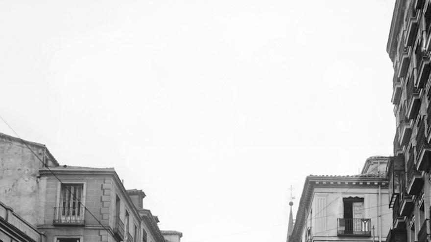 """Cartel con el conocido lema del """"No pasarán"""" colocado en la calle de Toledo, cerca de la Plaza Mayor, en octubre de 1936.."""
