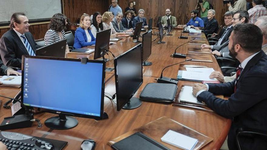 La ministra de Fomento, Ana Pastor (3i), en la reunión del Comité de Coordinación de la Emergencia por el hundimiento del pesquero ruso 'Oleg Naydenov'. (EFE/Ángel Medina G).