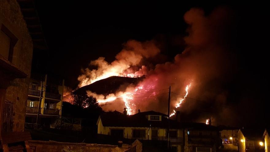 Activos 21 de los 61 incendios provocados de noche en Cantabria que obligaron a activar el nivel 1 del Infocant