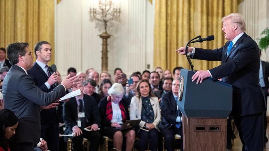 Enfrentamiento entre Donald Trump y el periodista de CNN, Jim Acosta durante una rueda de prensa en noviembre del año pasado