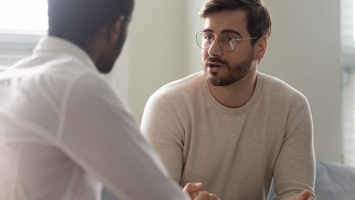Un paciente conversando con su médico.