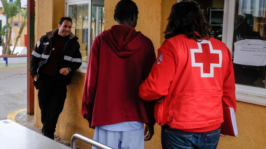 Mamadou Diara llega al CETI de Melilla acompañado de personal de Cruz Roja.   Fotografía: José Palazón