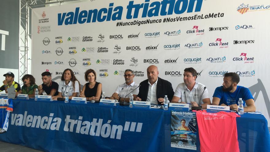Presentación del Valencia Triatlón, con ca concejala de Deportes, Maite Girau, en el centro de la imagen