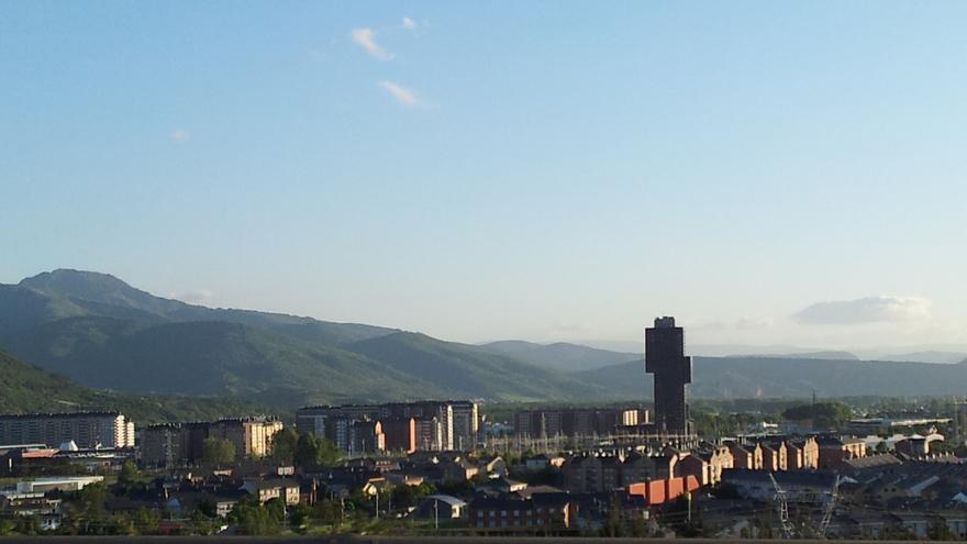 Vista de Ponferrada y su polémico barrio de La Rosaleda, con la torre más alta de Castilla y León, construida por Begar, en el centro: está acabada, vacía y la promotora quebrada