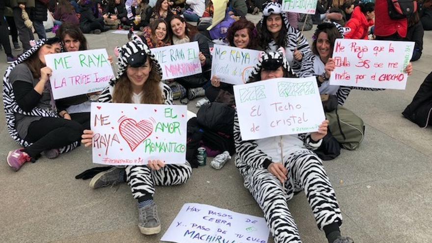 """Las mujeres de #Zebración8M, con sus pancartas mostrando lo que les """"raya""""."""