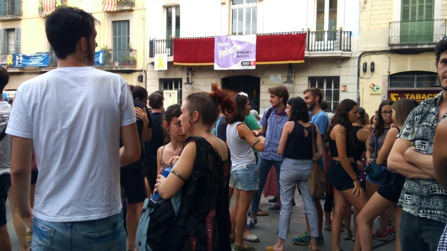 Concentración en la plaza de la Vila de Gràcia contra la violación a una mujer cuando volvía de la Festa Major del barrio barcelonés la madrugada del domingo.