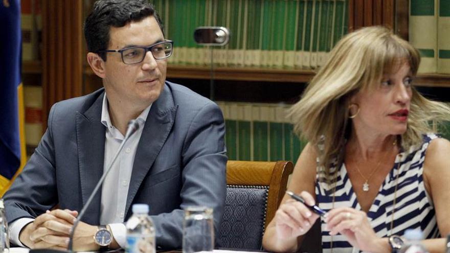 El consejero de Obras Públicas y Transportes del Gobierno regional, Pablo Rodríguez, compareció en comisión parlamentaria para tratar la Ley de ordenación del Transporte por Carretera de Canarias.