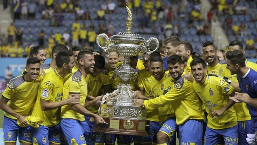 Los jugadores UD Las Palmas celebran con el trofeo tras ganar al Málaga CF en la final del LXIII Trofeo Carranza, jugado hoy en el estadio Ramón de Carranza en Cádiz.