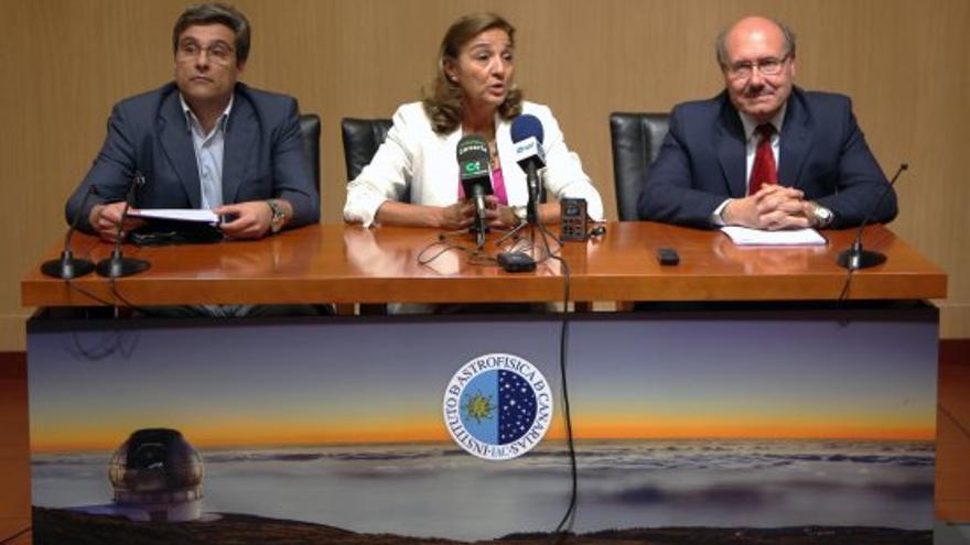 De izquierda a derecha, Juan Ruiz Alzola, director general de la ACIISI; Carmen Vela del Olmo, secretaria de Estado de Investigación, Desarrollo e Innovación, y Rafael Rebolo, director del IAC. Crédito: Iván Jiménez / IAC.