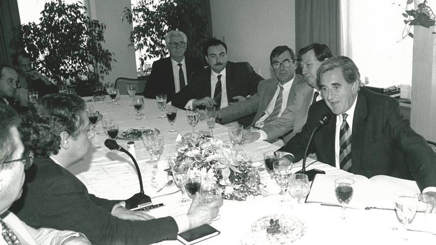 El ex presidente del Gobierno de Canarias, Manuel Hermoso durante un coloquio en 1994. (Asociación de Periodistas Europeos)