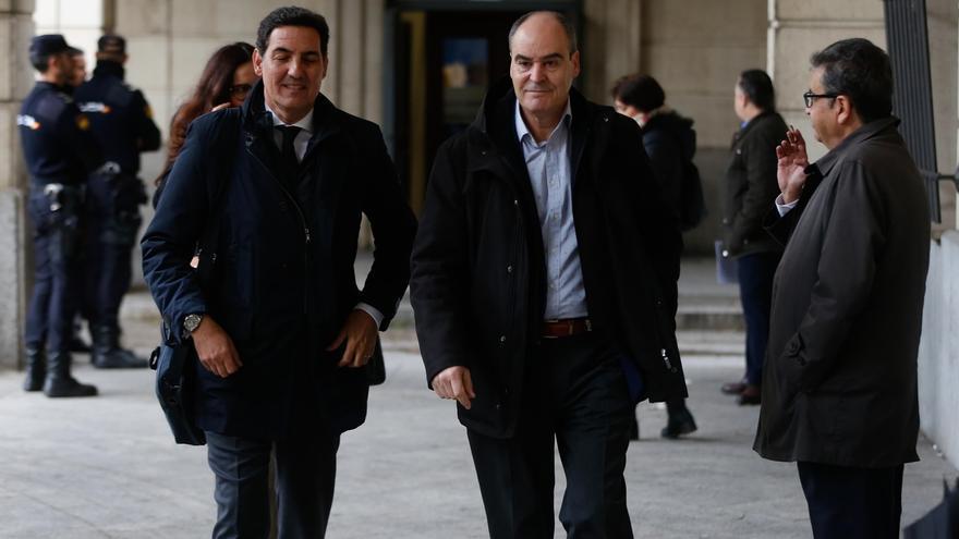 Márquez, a la derecha, junto a su abogado, llegando a una de las sesiones de juicio de los ERE que está celebrando la Audiencia