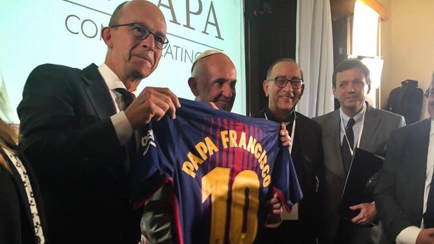 El Papa y el cardenal Omella posan con una camiseta del F.C.Barcelona el jueves pasado / Scholas