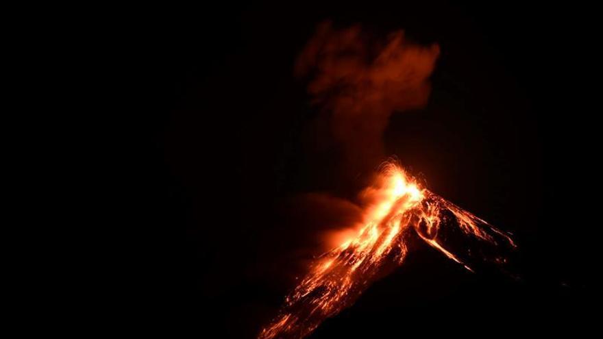 Elevan alerta municipal por erupción del volcán de Fuego en Guatemala