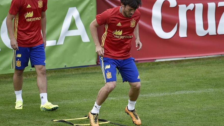 El delantero de la selección española Pedro Rodríguez (i) y el centrocampista David Silva (d) durante el entrenamiento del equipo en Schruns, Austria el pasado 27 de mayo de 2016 donde se encuentran para preparar su participación en la Eurocopa de Francia. EFE/Angelika Warmuth