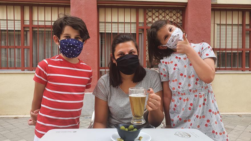 A. junto a sus hijos en la terraza de un bar en el primer día de la fase 1 en Madrid