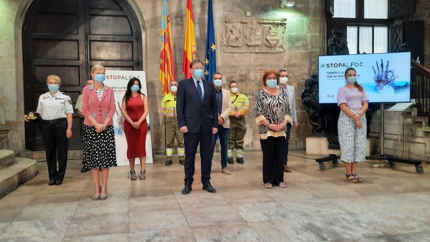 El president de la Generalitat, Ximo Puig, junto a los responsables de prevención y extinción de incendios en la campaña Stop al foc.