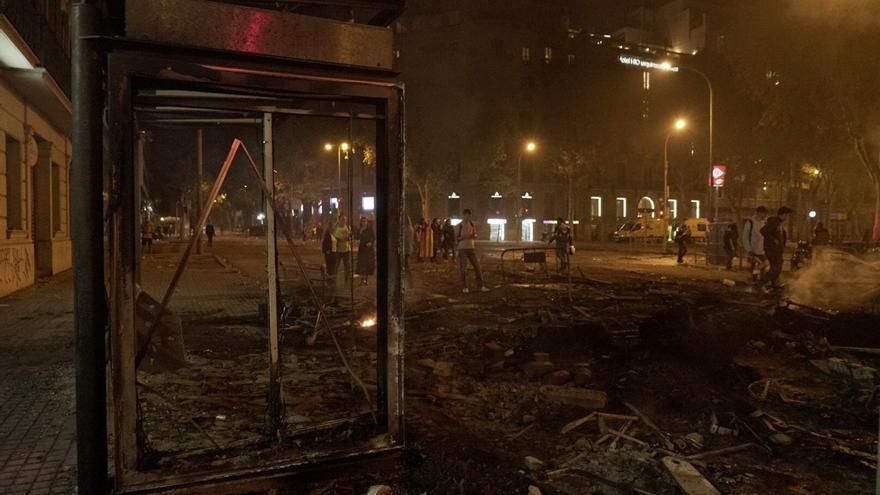 Una marquesina incendiada tras los disturbios en la calle Urquinaona (Barcelona).