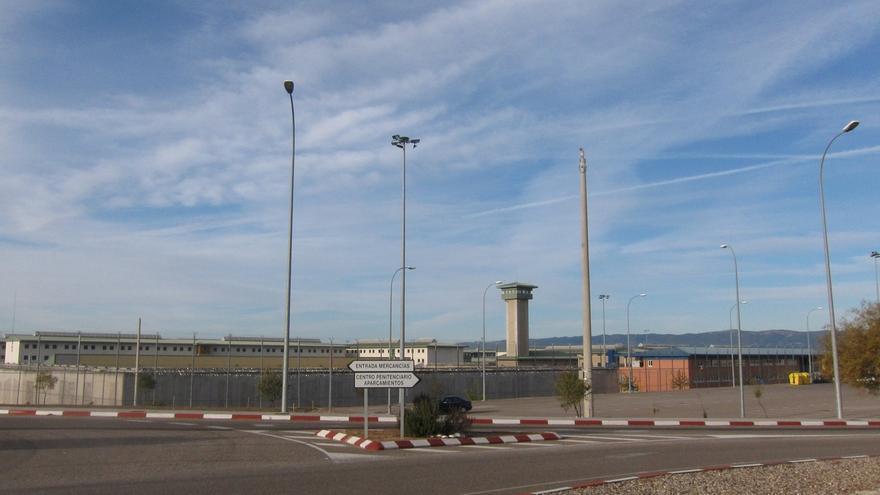 Funcionarios ayudan a bajar a un preso subido a una cornisa en la cárcel de Córdoba