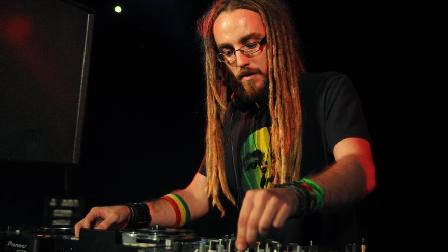 Los ejecutantes, artistas, DJ's quedarían fuera de las ayudas, según los sindicatos de música (En la foto: dj Ras S.O.S en la Sala El Tren, Granada)