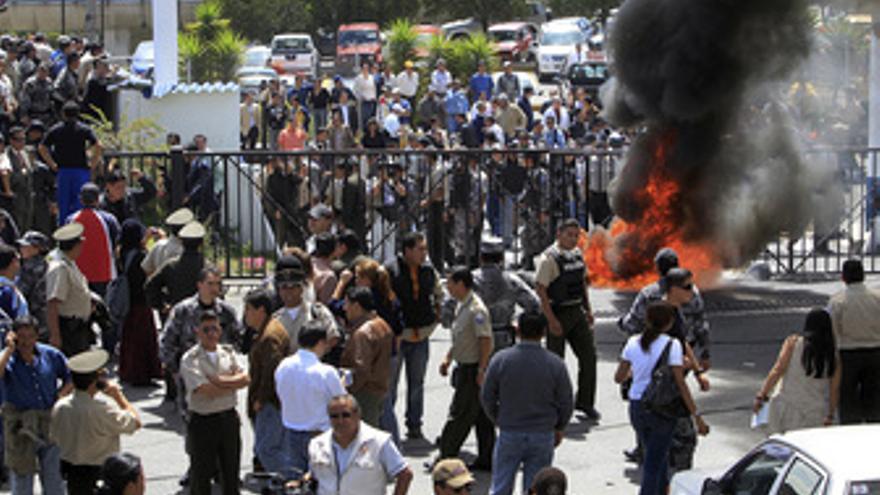 Policias ecuatorianos alzados contra el gobierno