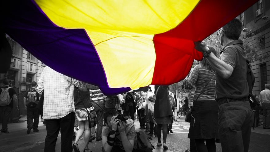 La bandera republicana ondea a lo largo de la manifestación del 14 de abril \ Foto: Alejandro Navarro