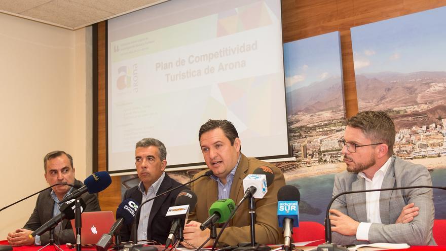 José Julián Mena, alcalde de Arona, con David Pérez (primero por la derecha) a su lado, concejal de Turismo, más los profesores de la ULL