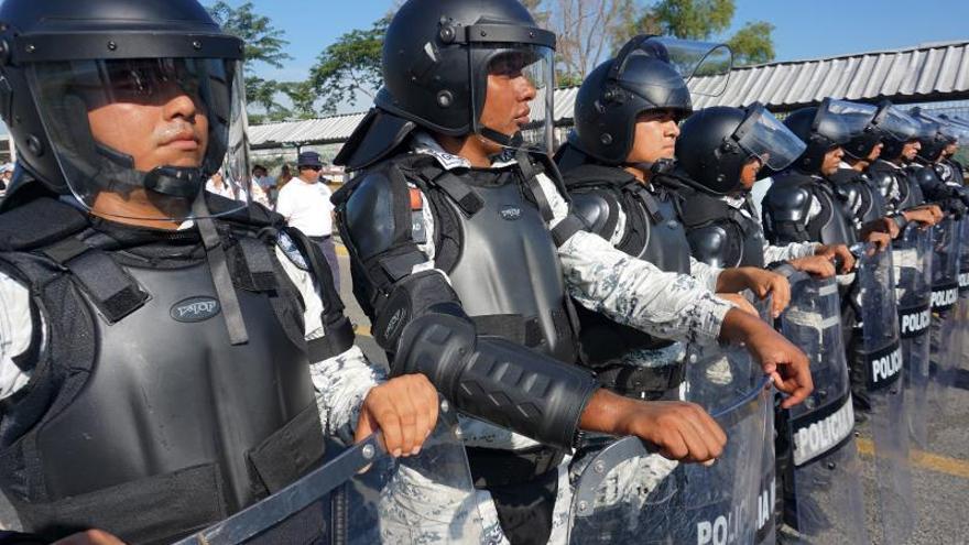 La caravana de migrantes intenta entrar a empujones en México