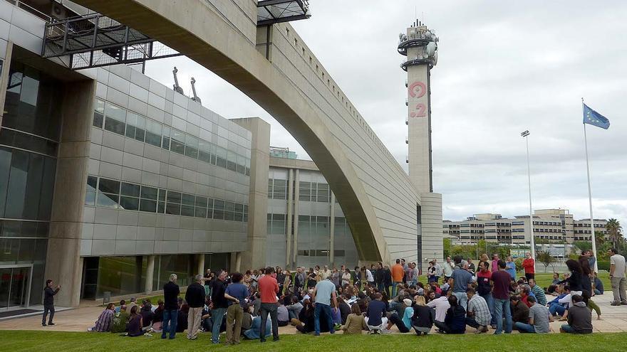 Un centenar de trabajadores se concentró este jueves a las puertas de RTVV.