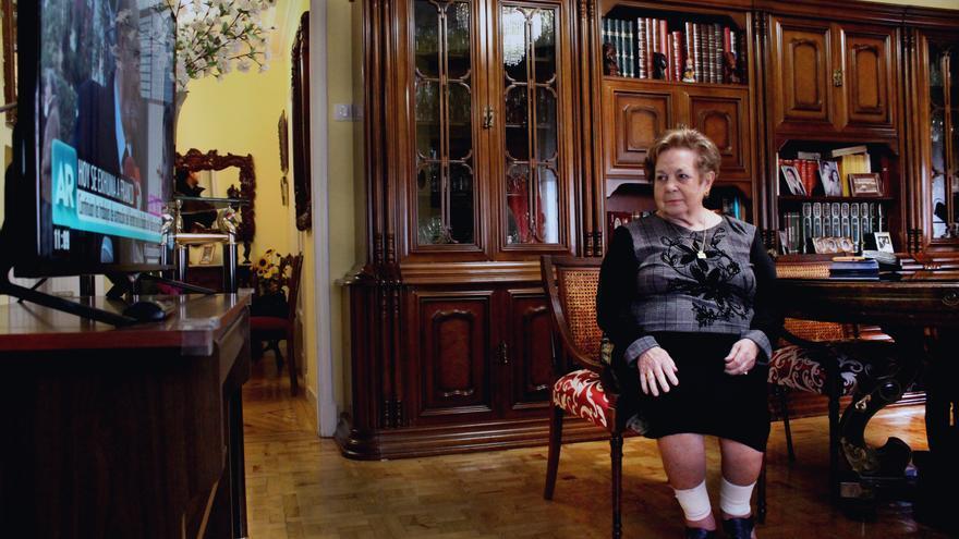 Mercedes Abril ve la programación especial por la exhumación de Franco en su casa de Valladolid.