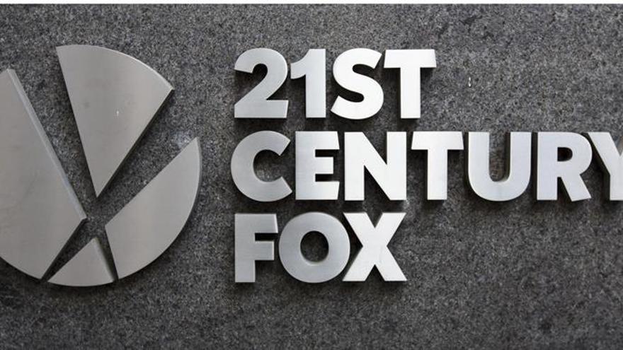 La cadena Fox Business suspende a otro presentador tras denuncias de acoso
