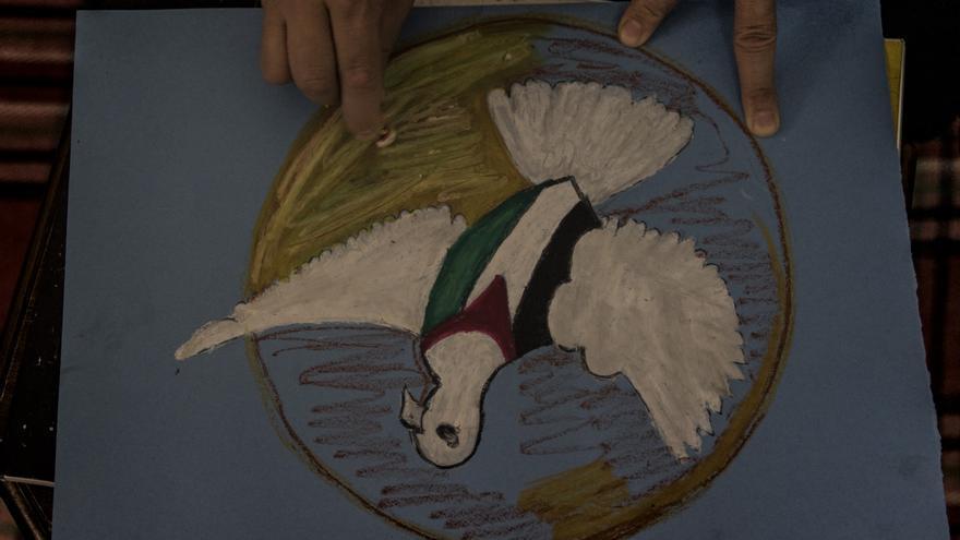 Nisreen trabajando en una de sus pinturas, que representa a una paloma como un símbolo de paz. | Foto:  Anna Surinyach / Médicos Sin Fronteras