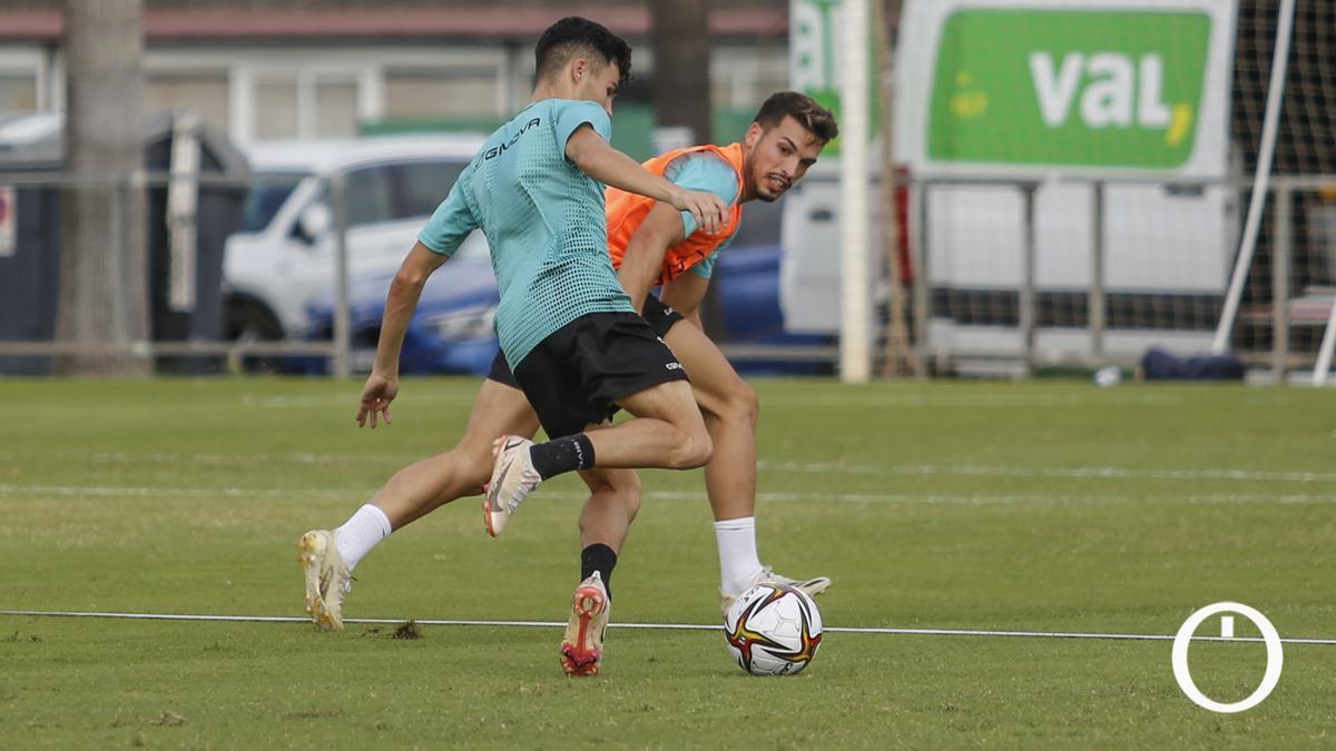 José Alonso defendiendo a Luismi en un entrenamiento