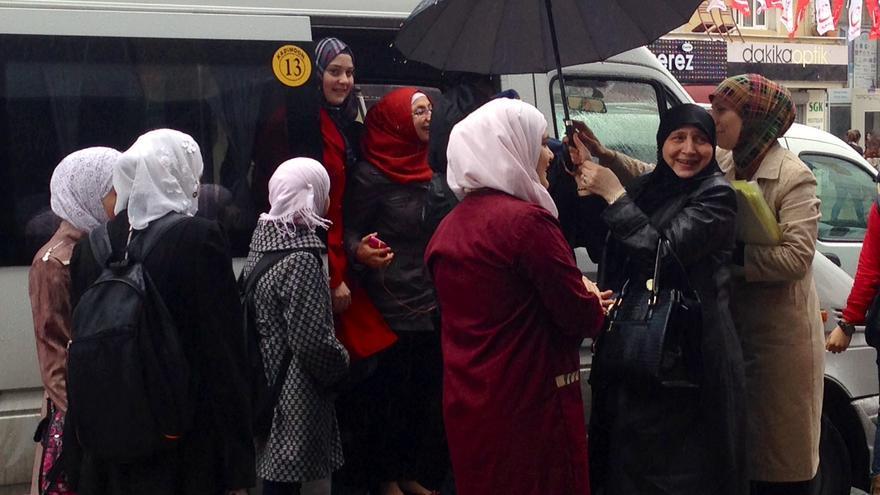 Sasha Barakat, profesora y refugiada siria, con otras docentes y varias alumnas, en Estambul / Foto: Olga Rodríguez