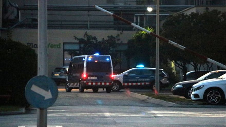 Una furgoneta de los Mosssos, este jueves en las dependencias de IQOXE en El Prat de Llobregat (Barcelona).