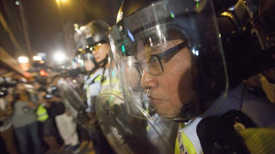 Miles de manifestantes prodemocracia rodean las oficinas de Gobierno de Hong Kong