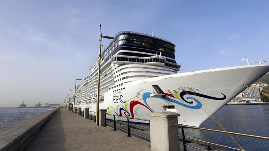 El crucero 'Norwegian Epic' en su primera escala en el puerto de Santa Cruz de Tenerife