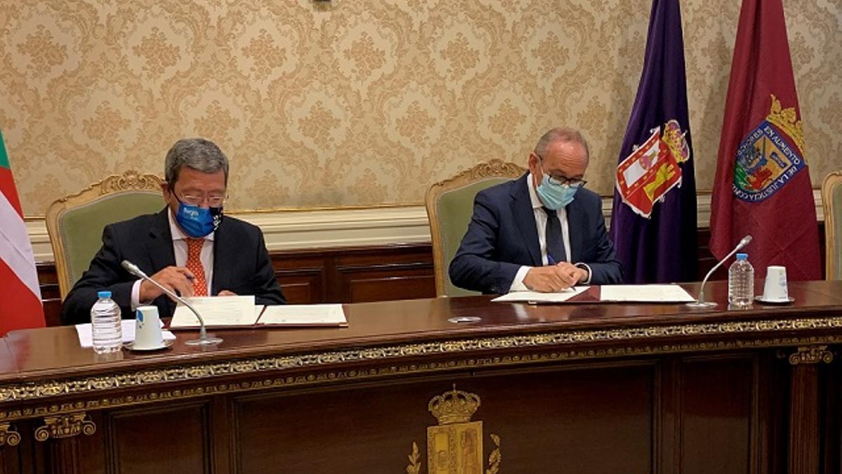 César Rico, presidente de la Diputación de Burgos, y Ramiro González, diputado general de Álava, firmando los acuerdos