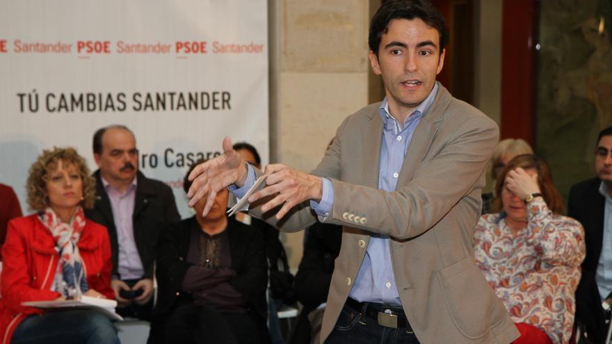 El candidato del PSOE, Pedro Casares, durante una asamblea.