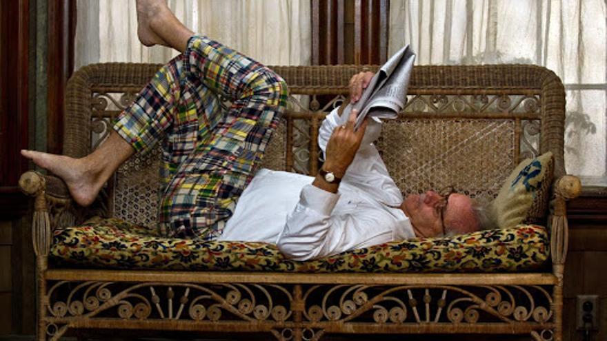 Bill Murray leyendo el periódico del domingo en Moonrise Kingdom