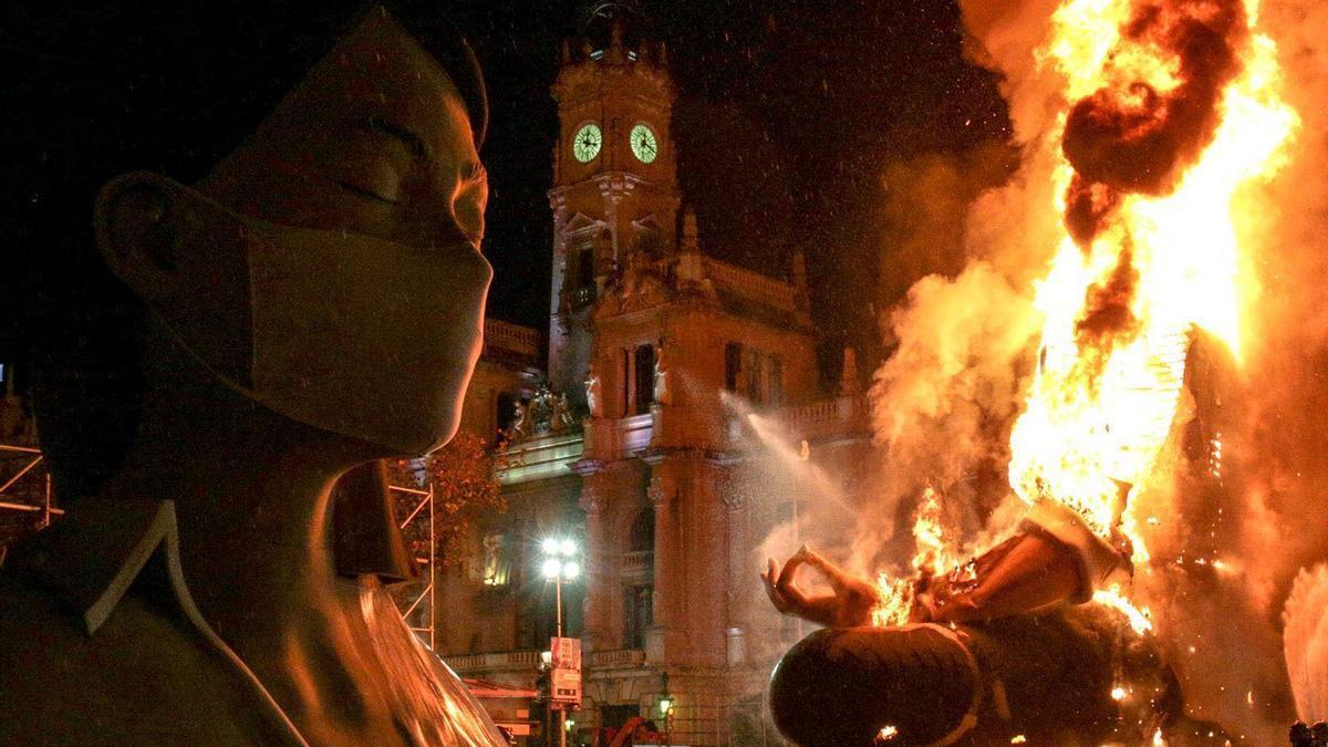 La cabeza de la falla municipal que se ha salvado de las llamas junto al cuerpo en plena cremà