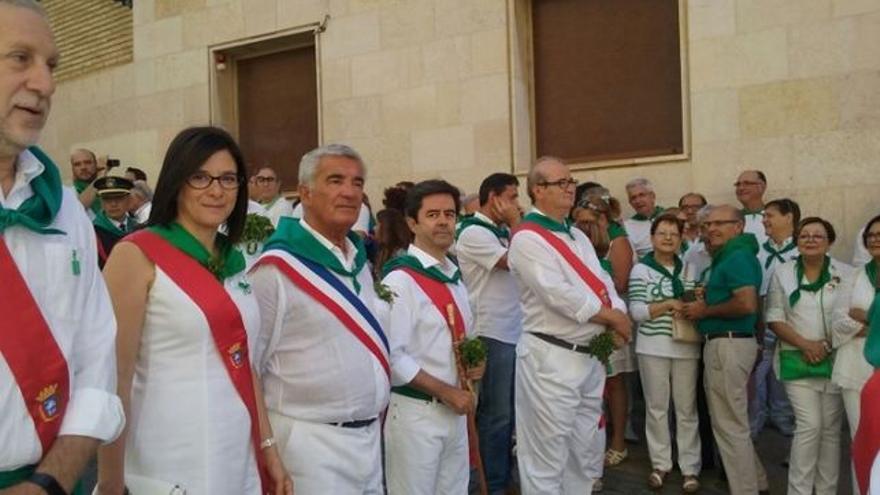 El alcalde de Huesca (segundo por la derecha) en la festividad de San Lorenzo de 2016.