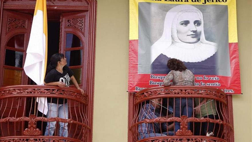 Cuadro de madre Laura da la bienvenida en Jericó a su canonización