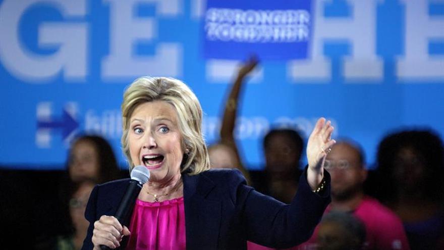 Clinton aumenta ligeramente su ventaja sobre Trump, según una nueva encuesta