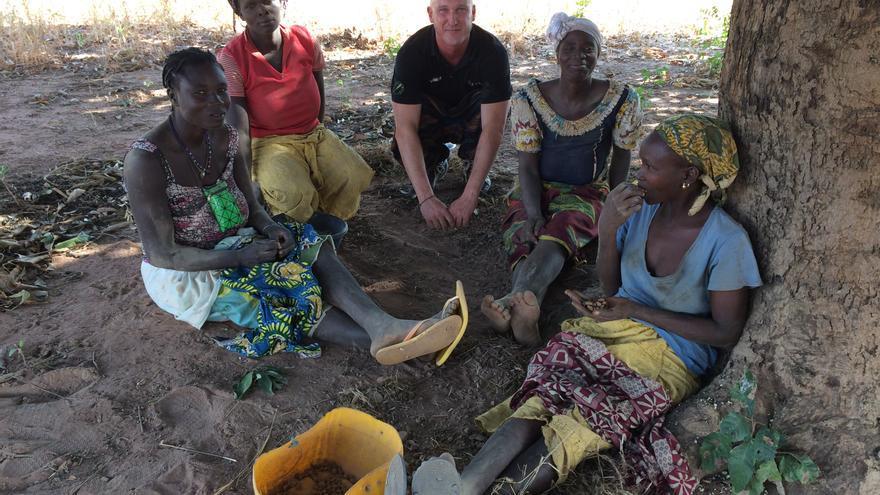 Antxon Monforte, con un grupo de mujeres que trabaja la chufa africana en Brukina Faso.