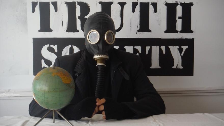 """""""White Truth Society"""" de Domingo Llor"""