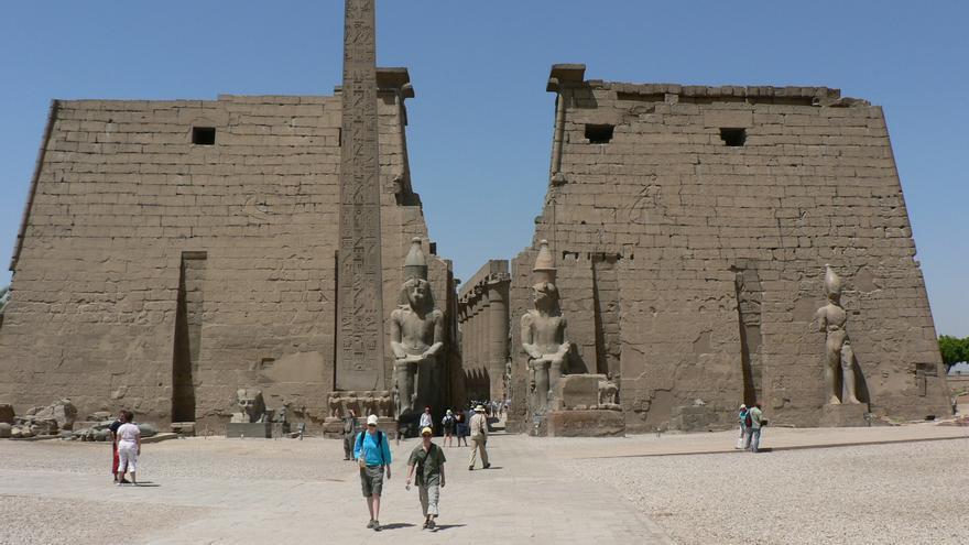 Dos grandes pilonos marcan la entrada del gran Templo de Luxor. eviljohnius