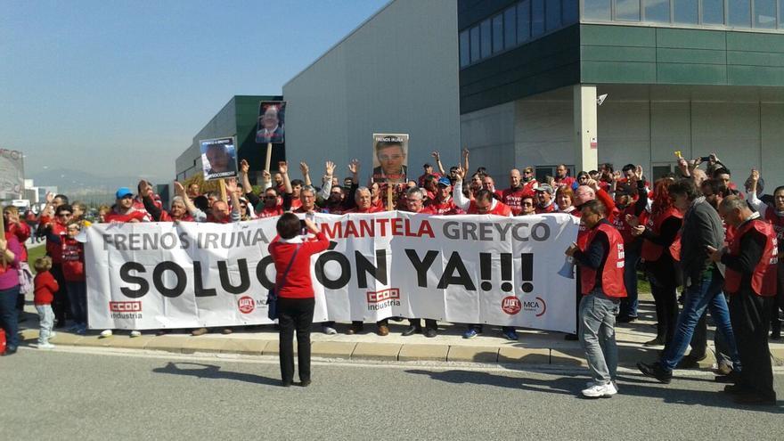 Concentración de los trabajadores de Greyco frente a la sede de Frenos Iruña.