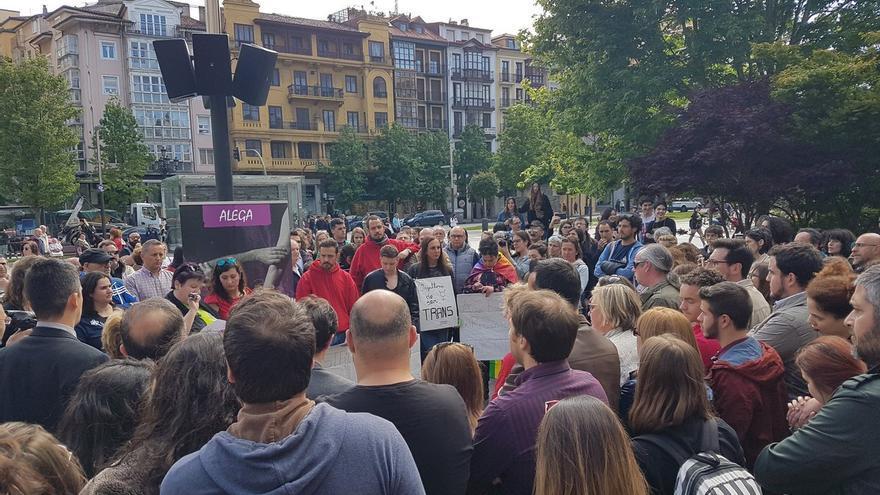 Concentración frente al Ayuntamiento de Santander contra el autobús de Hazte Oír. | GUILLERMO SAN EMETERIO