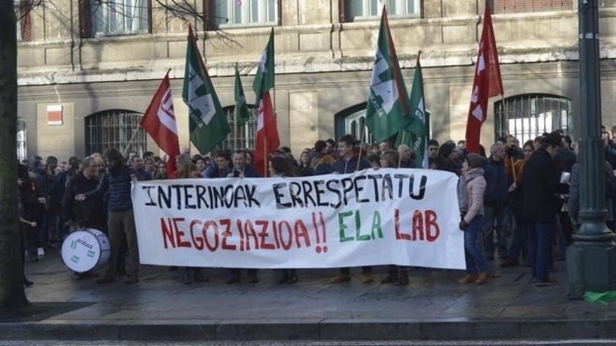 ELA y LAB se concentran en el Ayuntamiento de Bilbao en defensa de los derechos del personal interino
